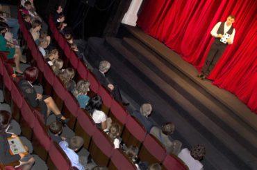 Pokaz iluzji na scenie najlepszy iluzjonista