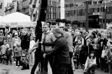 Uwolnienie z kaftana na dźwigu iluzjonista Warszawa