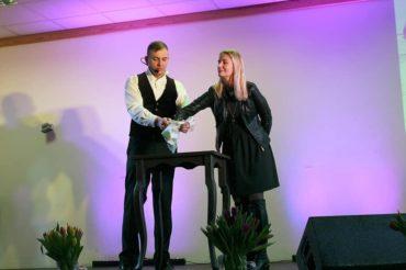 Zawodowy iluzjonista z warszawy na scenie