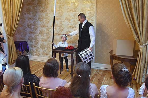 Profesjonalny iluzjonista na wesele w pokazie dla dzieci