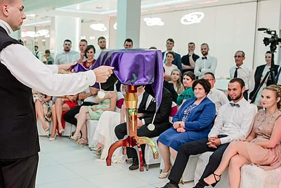 Widowiskowa lewitacja stolika iluzjonisty na weselu